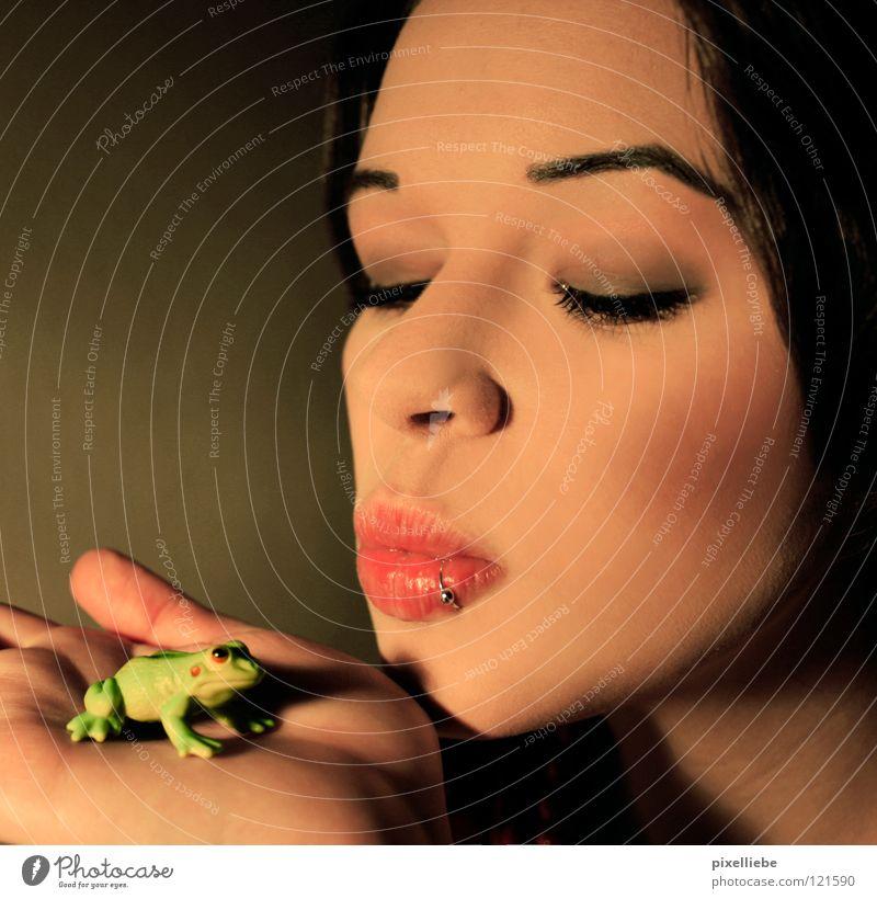 Froschkönig, die Zweite! Sommer Frau Erwachsene Küssen Liebe Tierliebe Verliebtheit Romantik schön Begierde Märchen Dame Prinzessin Piercing Kussmund klein