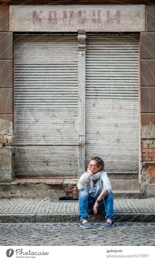 kein Konsum mehr Mensch Junge Frau Jugendliche Erwachsene Leben 1 Dorf Kleinstadt Stadt Altstadt Haus Mauer Wand Fassade Fenster Tür Ladengeschäft sitzen warten