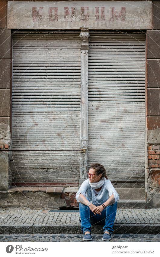 Spreedorado | Konsumai Mensch Frau Stadt alt blau Erwachsene Leben Straße feminin Zeit braun Fassade trist sitzen warten geschlossen
