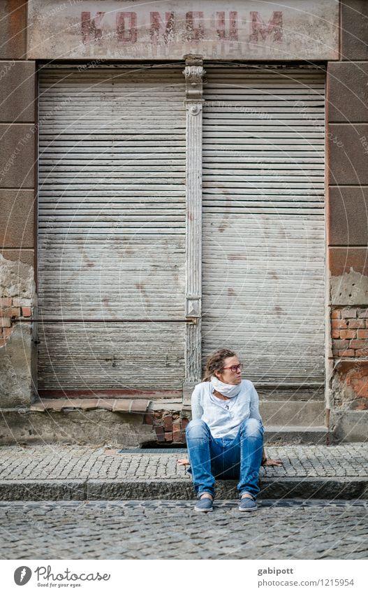 Spreedorado | Wartmai Mensch feminin Junge Frau Jugendliche Erwachsene Leben 1 Spreewald Kleinstadt Altstadt Ruine Treppe Fassade Fenster Tür alt kaputt trashig
