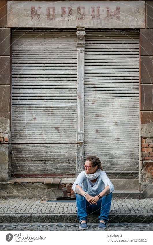 Konsum Mensch Frau Jugendliche Stadt Junge Frau Haus Erwachsene kalt Wand Leben Traurigkeit feminin Mauer Fassade Treppe Tür