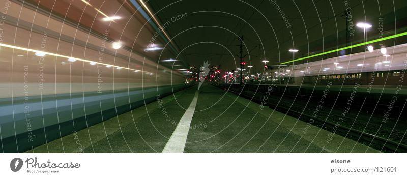 ::LIGHT PATTERN:: Eisenbahn Verkehr Station Bahnsteig Linie Gleise Geschwindigkeit Licht Nacht dunkel Lampe Laterne Langzeitbelichtung Haltestelle Stuttgart
