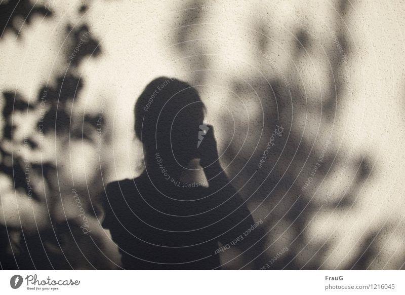 Schattenfrau Fotografieren feminin Frau Erwachsene Haare & Frisuren Finger 1 Mensch 45-60 Jahre Mauer Wand Blatt Außenaufnahme