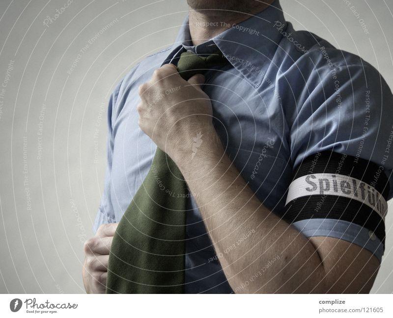 Spielführer Mann blau Erwachsene Sport Spielen Arbeit & Erwerbstätigkeit Erfolg Bekleidung Fußball planen Falte sportlich Kontakt Student Hemd Anzug