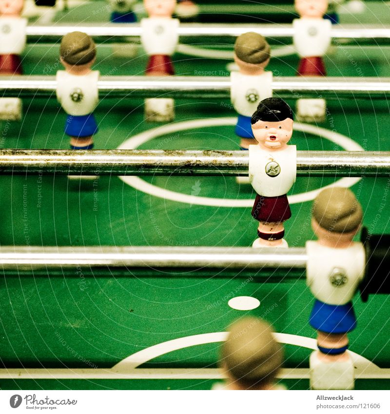 11 Komplizen Spielen Tisch Stab grün Pause Freundschaft Freude Sport Ballsport Fußballer Tischfußball Schwache Tiefenschärfe Farbfoto festgeschraubt