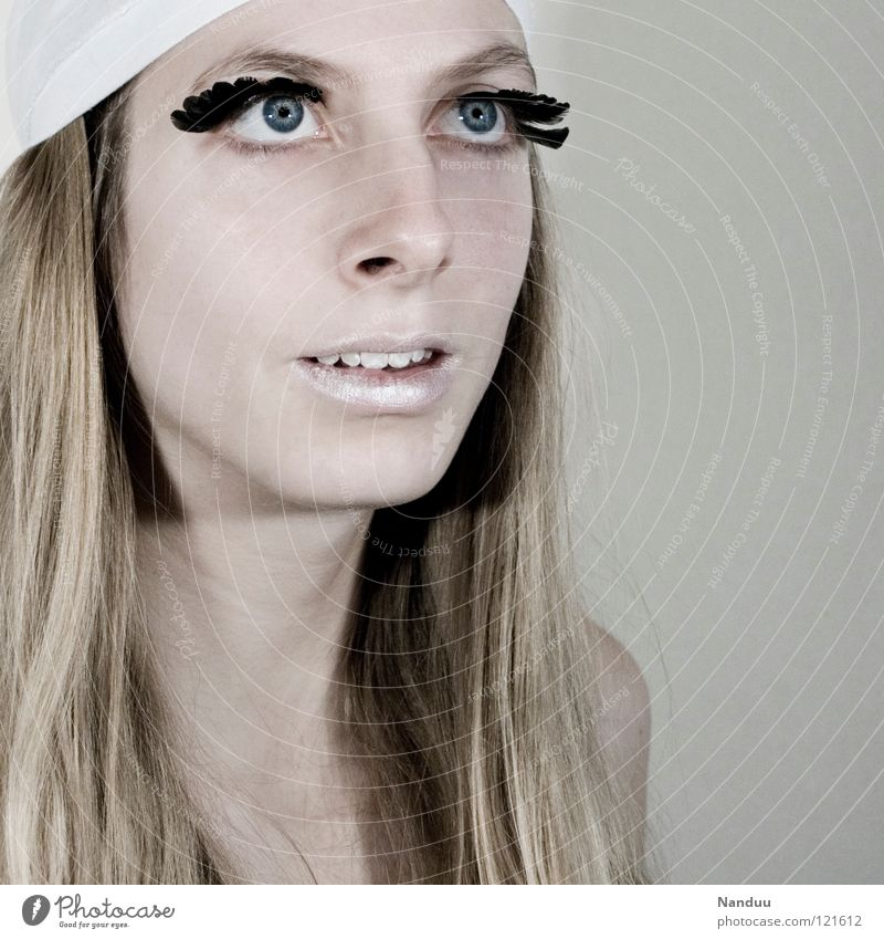 Aufbruch Porträt Glamour zerbrechlich zart bleich weiß Wimpern Kosmetik gefiedert Winter Frau verwundbar perfekt blond Model Locken Porzellanpuppe