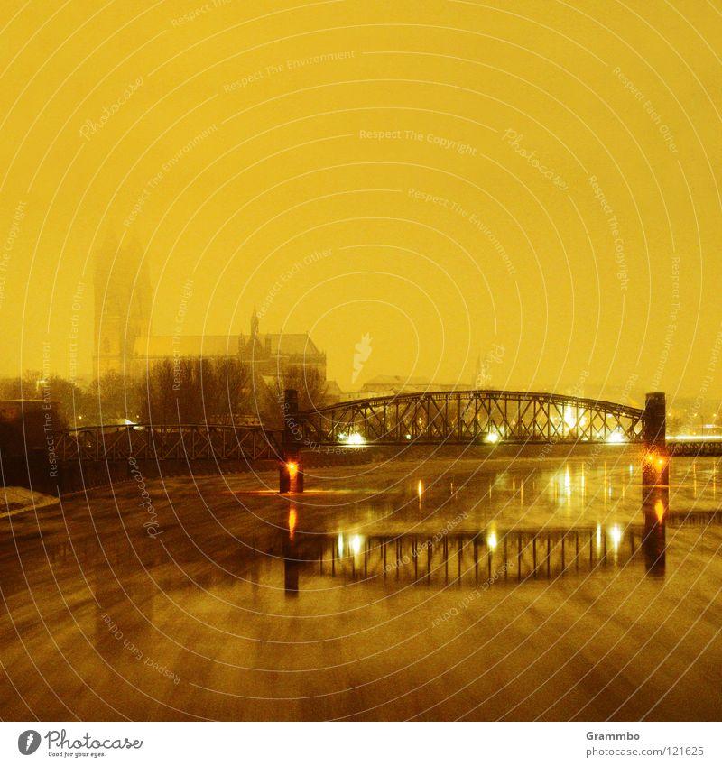 Elbe in Magdeburg bei Schneefall Winter Brücke Elektrizität Fluss Sachsen-Anhalt Dom