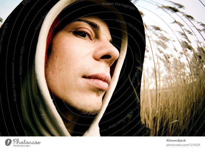 Argwohn Mann Winter Gesicht kalt Küste Denken Angst Vertrauen Schilfrohr Vorsicht Kapuze verpackt skeptisch Kopfbedeckung Zweifel Misstrauen
