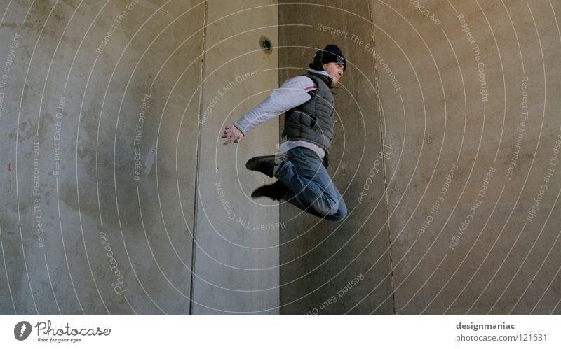 Urban Freestyle Mensch Mann Stadt Winter kalt Wand grau springen Luft Linie Vogel Wind dreckig fliegen Arme Beton