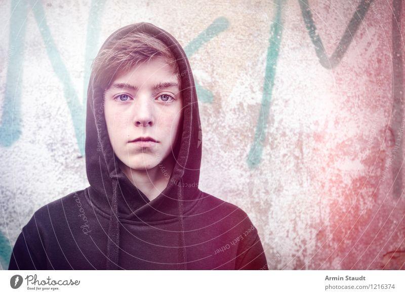Porträt eines jungen Mannes mit Hoodie Lifestyle Stil schön Mensch maskulin Junger Mann Jugendliche 1 8-13 Jahre Kind Kindheit Mauer Wand Zeichen Schriftzeichen