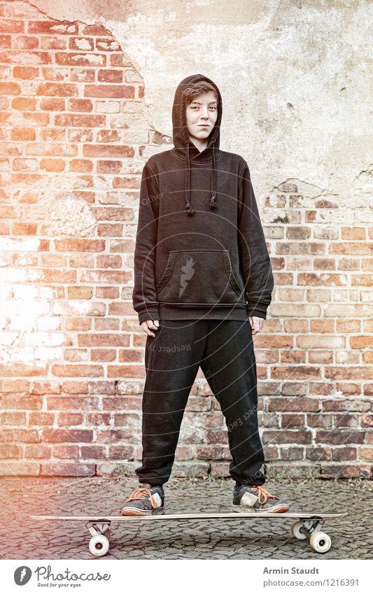 Cool auf'm Longboard III Lifestyle Stil Freizeit & Hobby Sport Mensch maskulin Junger Mann Jugendliche 1 13-18 Jahre Kind Mauer Wand Turnschuh Lächeln stehen