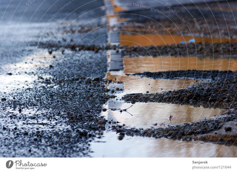 After the rain falls Wasser Straße grau Stein Regen dreckig nass Bodenbelag Asphalt Verkehrswege Am Rand Kies Pfütze Teer Bildausschnitt Straßenrand