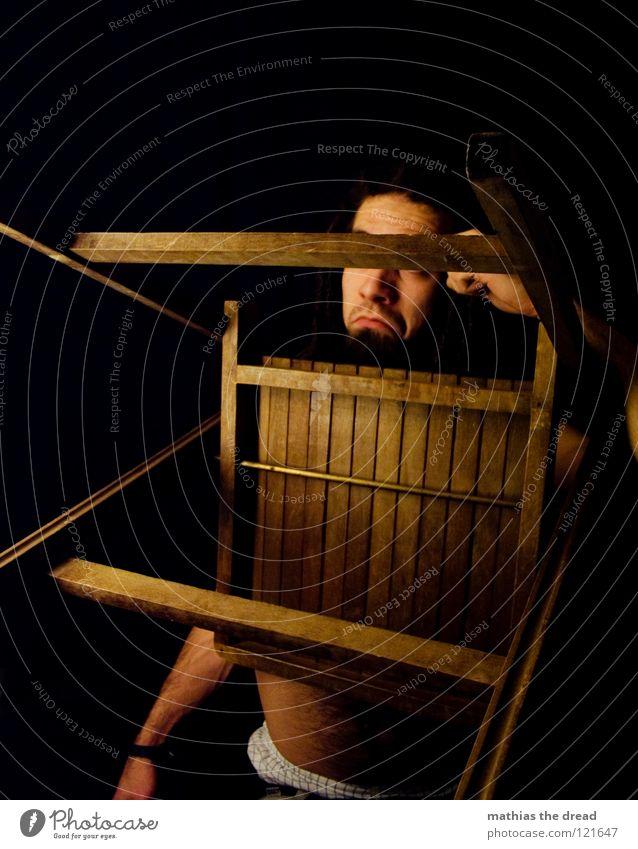 ORIENTIERUNGSLOS Rastalocken Filz lang dunkel Oberkörper Mann maskulin verdeckt Bart Barthaare unrasiert Lichtspiel Schattenspiel Hose Kinn abrupt