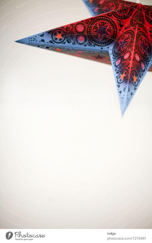da oben leuchten die Sterne Lifestyle Häusliches Leben Dekoration & Verzierung Lampe Ornament Stern (Symbol) eckig Spitze blau rot Design Farbfoto Innenaufnahme