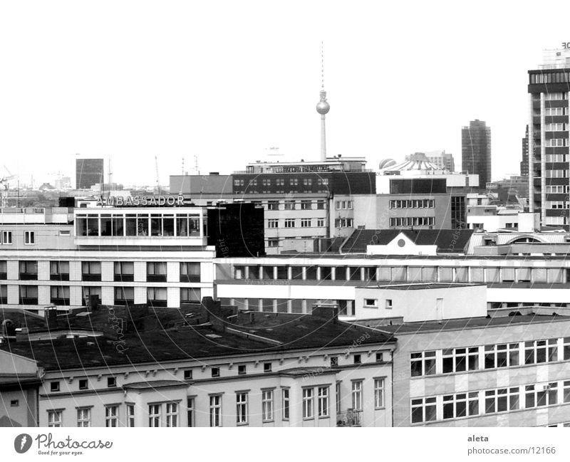 berlin Ferien & Urlaub & Reisen weiß Haus dunkel schwarz Fenster Architektur Berlin trist Hochhaus hoch Höhenangst Skyline Fernweh Wahrzeichen Hauptstadt
