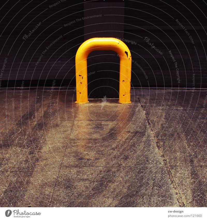 S U P E R I O R Reflexion & Spiegelung Hochhaus Einfahrt Pfütze nass feucht Regen Fahrbahn Fahrbahnmarkierung schwarz weiß grau Einsamkeit dunkel Design