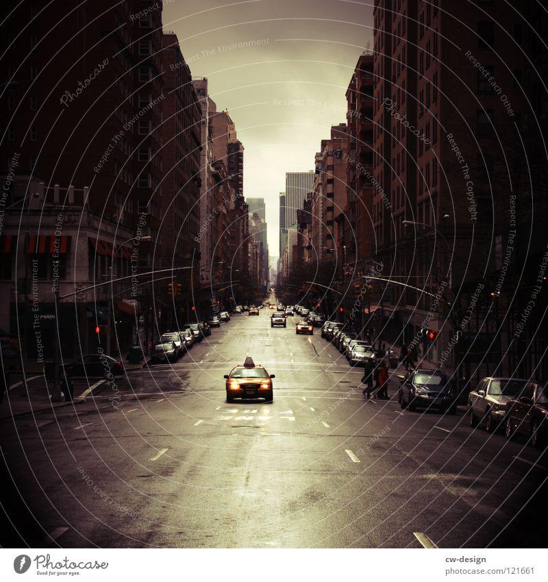 T A X I · L A N E grün Stadt schwarz dunkel Straße Architektur Gebäude Regen Verkehr Hochhaus nass Hinweisschild Zeichen USA New York State Bankgebäude