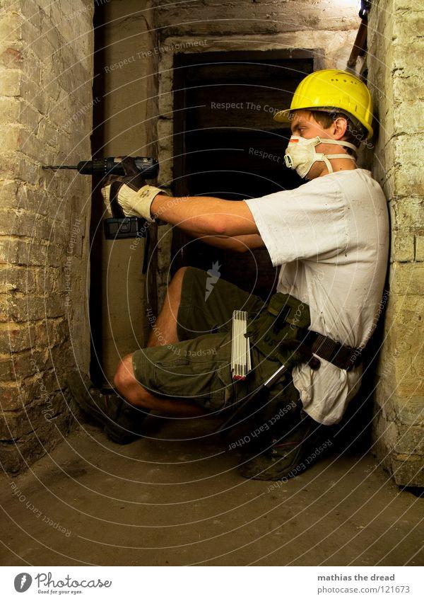 I WILL DESTROY YOU! Arbeit & Erwerbstätigkeit Bauarbeiter Helm Bauhelm Schutzhelm gelb Warnfarbe Schutzmaske Atem Handschuhe Bohrer bohren Keller dunkel Mauer