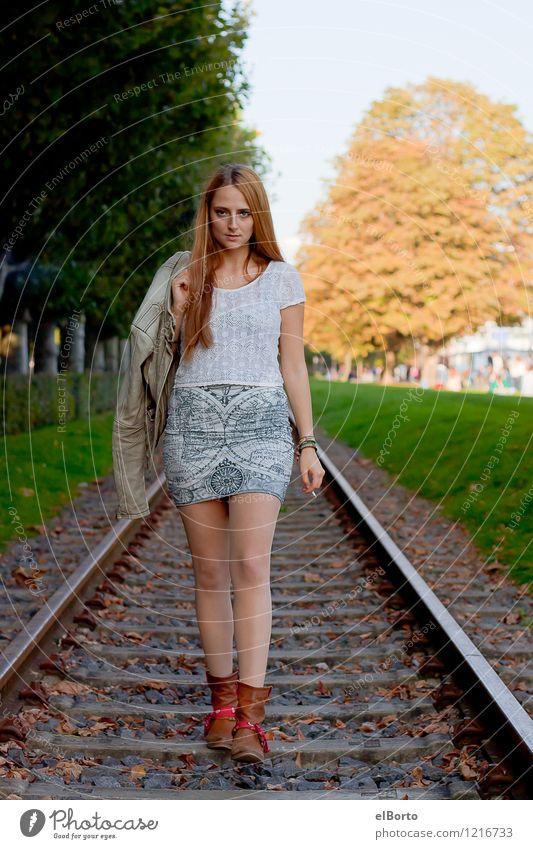 Ich verkaufe hier nur diese modischen Lederjacken. feminin Junge Frau Jugendliche Erwachsene 1 Mensch 18-30 Jahre Verkehrswege Personenverkehr Bahnfahren