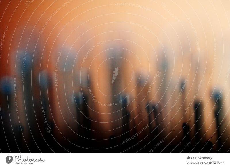Ben. Farbfoto Innenaufnahme Detailaufnahme Experiment abstrakt Menschenleer Textfreiraum oben Textfreiraum unten Kunstlicht Unschärfe Zentralperspektive