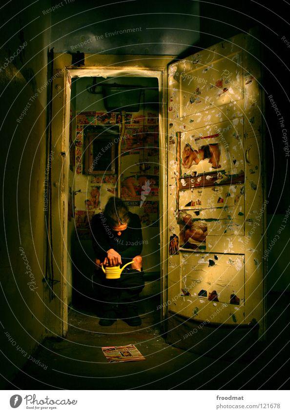 Knastsitzung dunkel Denken Stimmung Deutschland Tür dreckig Baustelle lesen Bild verfallen Zeitung Sitzung Kot Konzentration Toilette Vergangenheit