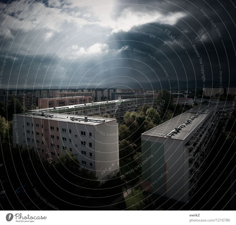 Carré Himmel Stadt Baum Wolken Haus Fenster Umwelt Wand Architektur Gebäude Mauer Zusammensein Fassade leuchten Hochhaus stehen