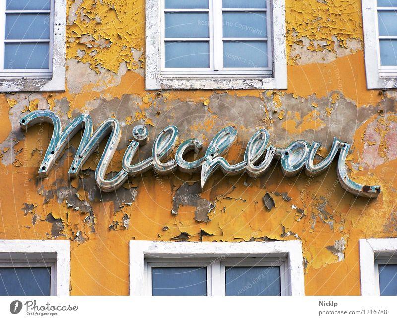 alte verfallene Leuchtreklame der Milchbar in Stralsund, Deutschland Typographie Schriftzeichen Schilder & Markierungen Verfall Vergangenheit gelb-orange weiß