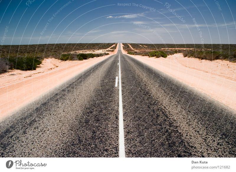 Gerade. Aus. Tralien. Australien Outback heiß Physik rot braun grau Asphalt geradeaus transpirieren Landweg fahren Wolken Monkey Mia Sträucher Mittelstreifen