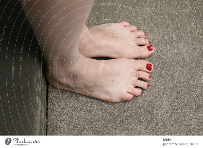 Plattfuß Lifestyle Stil schön Nagellack Frau Erwachsene Leben Fuß Frauenfuß 1 Mensch stehen rot Farbe Bodenbelag Steinboden nebeneinander parallel bleich Barfuß