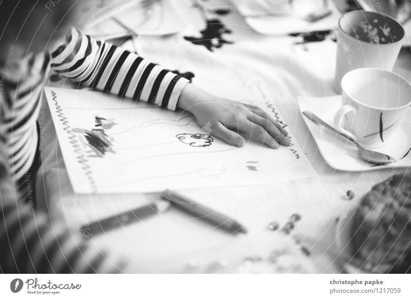 Künstlerin Freizeit & Hobby Basteln malen Kind Kleinkind Mädchen 1 Mensch zeichnen Freude Inspiration Kunst Farbstift Tasse Streifenpullover Hand