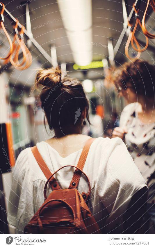 nachts unterwegs Jugendliche weiß Junge Frau 18-30 Jahre Erwachsene Leben feminin Freiheit außergewöhnlich orange authentisch stehen ästhetisch warten Rücken