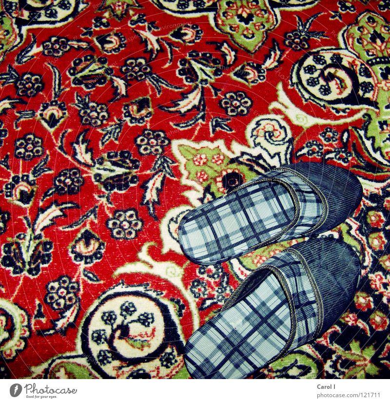 MUT ZUR HÄSSLICHKEIT! Hausschuhe Schuhe Fink Physik ausrutschen reinschlüpfen entkleiden kariert Teppich Muster hässlich rot unbenutzt wüst Türkei stehen retro