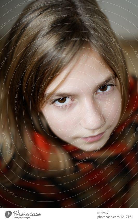 Aufblick Haare & Frisuren Gesicht feminin Mädchen Kopf Auge 1 Mensch 8-13 Jahre Kind Kindheit beobachten frieren hocken ästhetisch authentisch Zufriedenheit