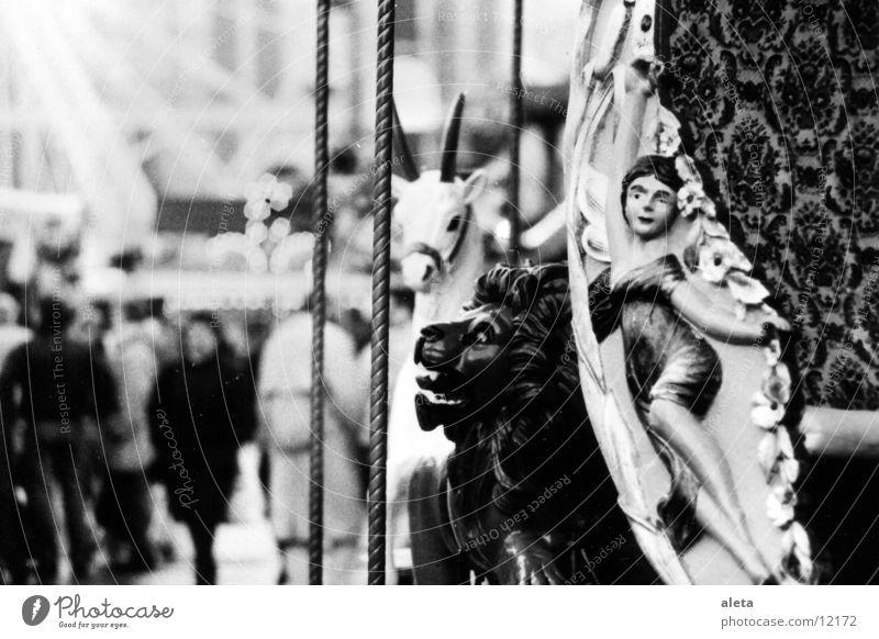 karusell Jahrmarkt Karussell Löwe Einhorn Elfe Fee entdecken fahren gehen schaukeln fantastisch Kitsch grau schwarz weiß Freude Weihnachtsmarkt altes Karussell