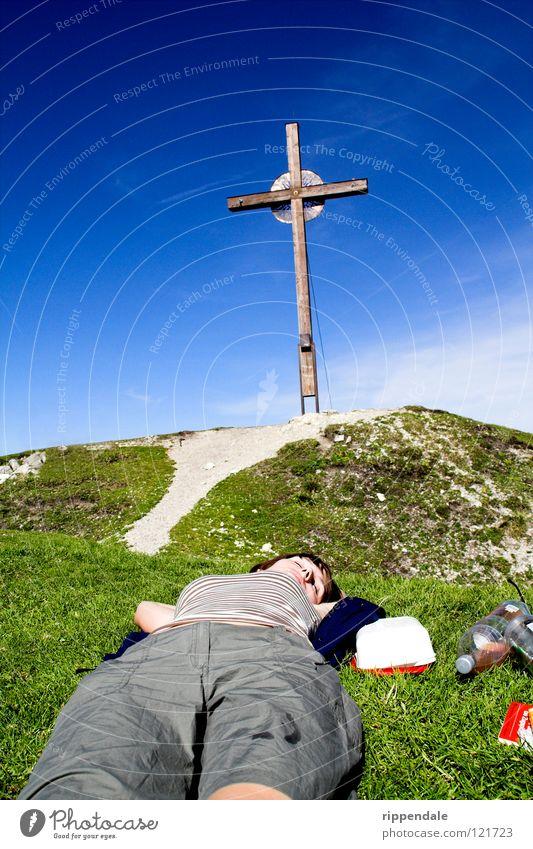 ganz oben entspannt Gipfel Gipfelkreuz Erholung Bayern schlafen Bergsteigen ruhig Sommer Physik Berge u. Gebirge Rücken Zufriedenheit Natur Blauer Himmel liegen