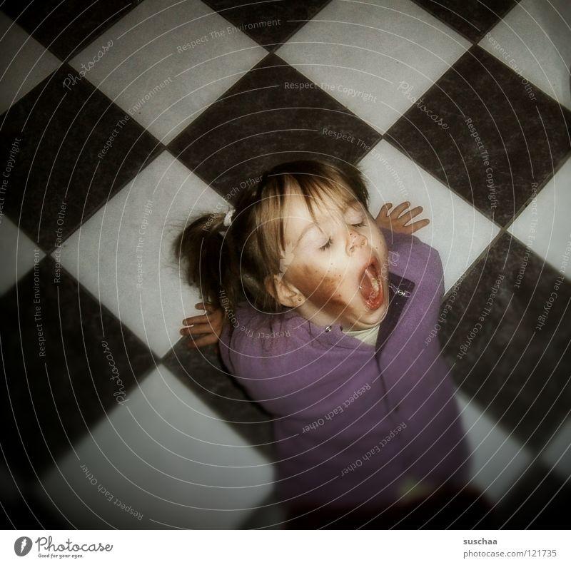 püppi macht überstunden .. Kind Hand Mädchen dreckig Küche Bodenbelag Fliesen u. Kacheln Müdigkeit Kleinkind frech abstützen gähnen Biest herzhaft