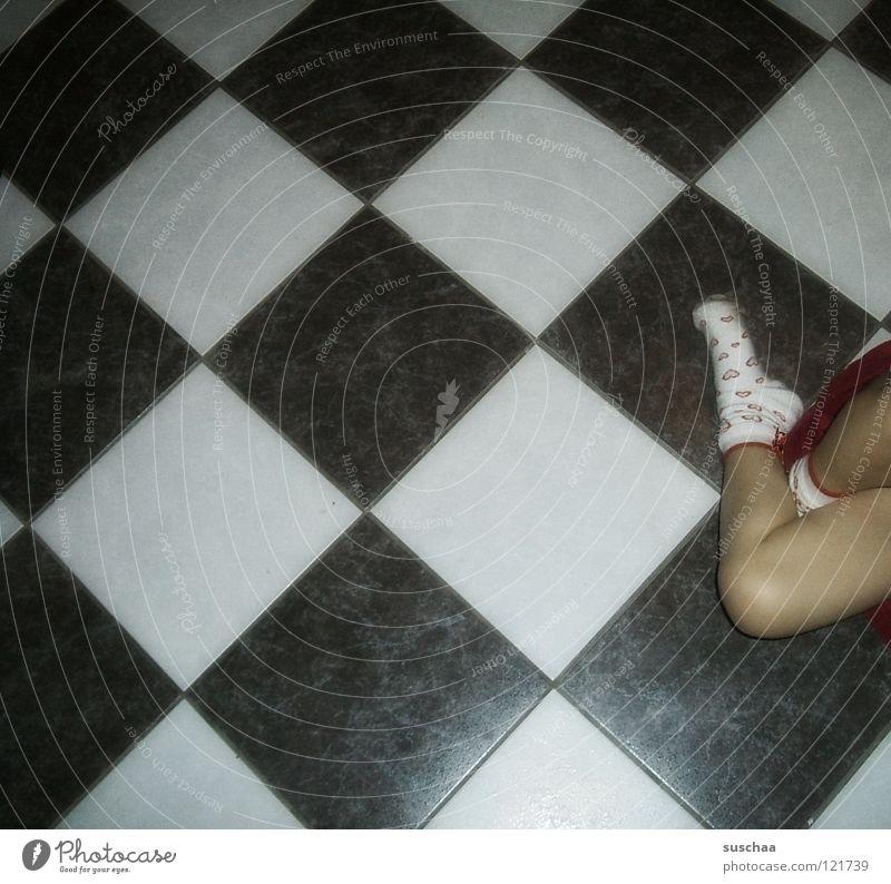püppi geht jetzt doch schlafen .... Kind Freude Spielen Fuß Beine sitzen Küche Bodenbelag Fliesen u. Kacheln Kleinkind Strümpfe fließen Schach Unsinn Haushalt Rutsche