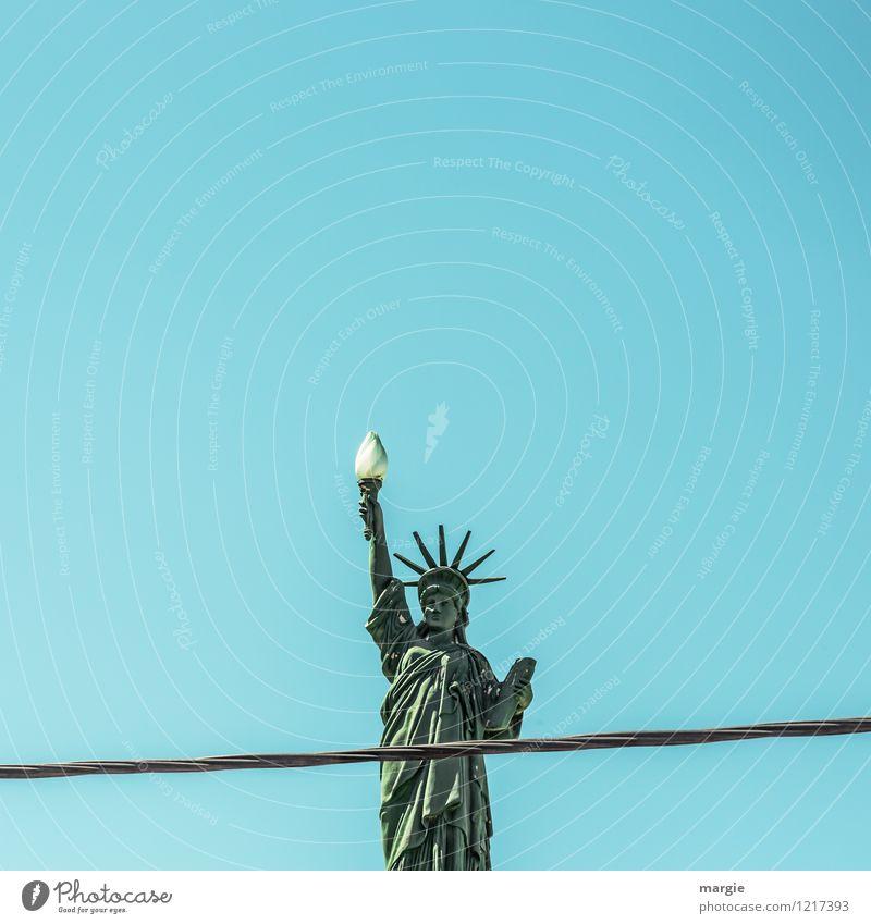 Freiheit mit Begrenzung Q blau grün Lampe Zeichen Frieden Wolkenloser Himmel Wahrzeichen Mut Denkmal Sehenswürdigkeit Figur Flamme Kunstwerk Willensstärke