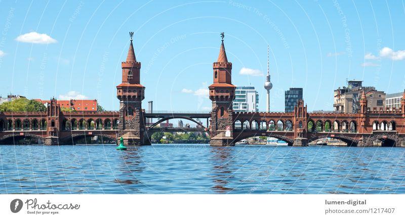 Oberbaumbrücke in Berlin Sommer Wasser Wolken Schönes Wetter Rathaus Brücke Turm Bauwerk Architektur Sehenswürdigkeit Wahrzeichen blau Tourismus Stadt Kreuzberg