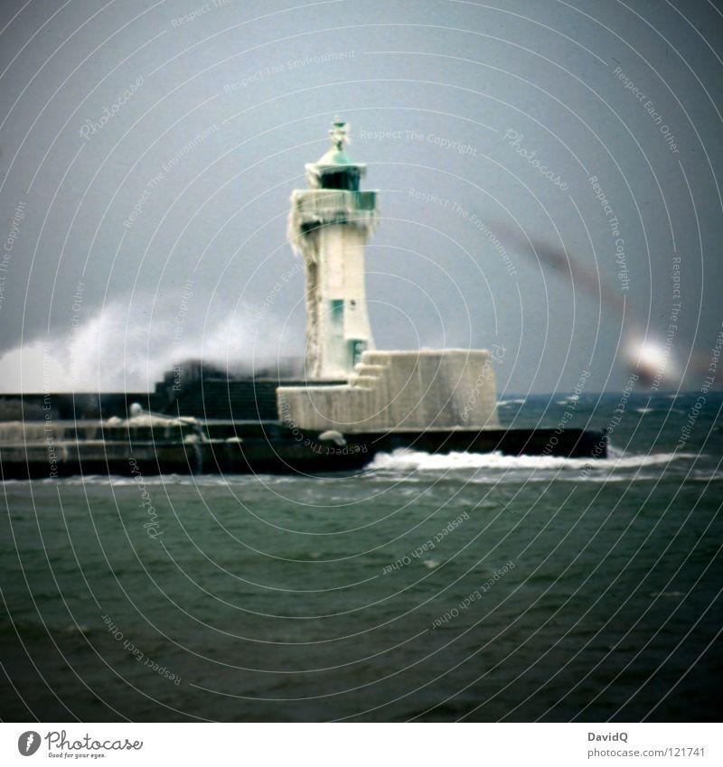 Eis am Stiel Meer Wellen Meerwasser kalt Eiszapfen Eisscholle gefroren frieren Rutschgefahr Wind Sturm laufen Mole Hafen Anlegestelle Küste Strand Brandung