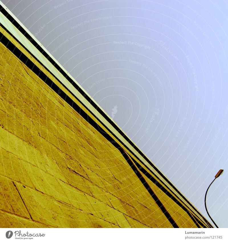 Abwärtstrend Himmel Lampe Wand Fenster Stein Mauer Linie Graffiti hell Beleuchtung gehen Verkehr Perspektive fallen Laterne Verkehrswege