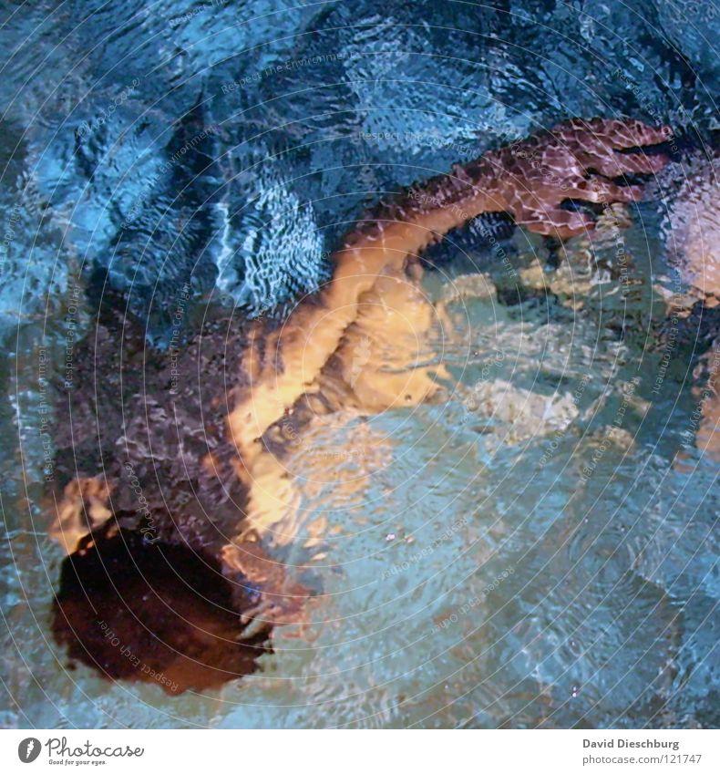 The Bademeister is back Schwimmen & Baden tauchen Wasseroberfläche Wasserwirbel Vogelperspektive 1 Mensch einzeln anonym Jugendliche Ein Mann allein