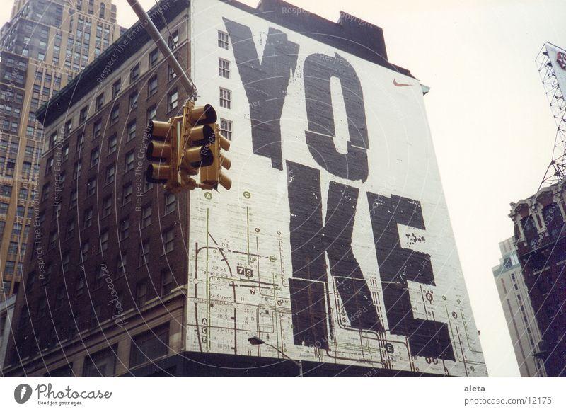 new york Sightseeing Städtereise Hauptstadt Stadtzentrum Fußgängerzone Haus Architektur Mauer Wand Sehenswürdigkeit Ampel Schriftzeichen gelb schwarz weiß