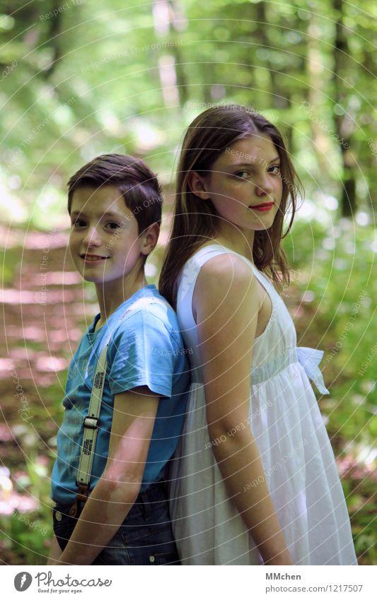 Unity Mädchen Junge Geschwister Bruder Schwester 2 Mensch 8-13 Jahre Kind Kindheit Natur Sommer Park Wald stehen Glück Zufriedenheit Lebensfreude ruhig