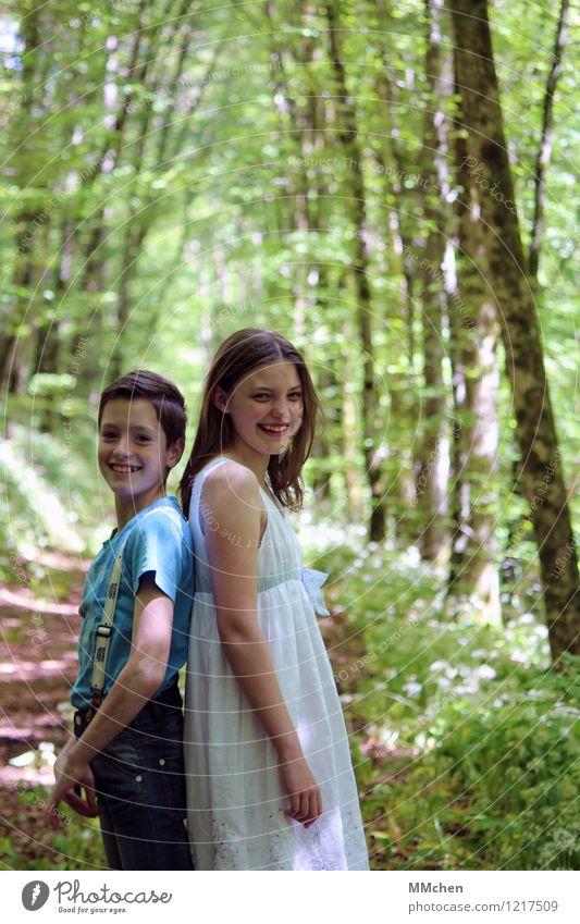 KicherErbsen maskulin feminin Mädchen Junge Geschwister Familie & Verwandtschaft Kindheit 2 Mensch 8-13 Jahre Natur Sommer Baum Park Wald Kleid Hosenträger