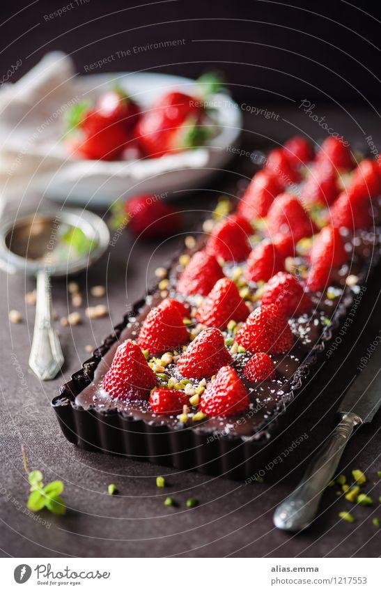 Schoko-Erdbeer-Tarte Kuchen Backwaren Schokolade Erdbeeren Frucht rot genießen Dessert Speise Essen Foodfotografie Lebensmittel dunkel süß lecker Sommer Kalorie