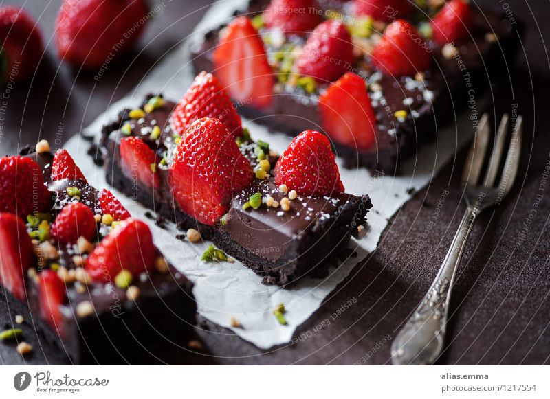 Schoko-Erdbeer-Tarte II Kuchen Backwaren Schokolade Erdbeeren Frucht rot genießen Dessert Speise Essen Foodfotografie Lebensmittel dunkel süß lecker Sommer