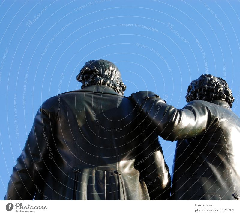 freundschaft Himmel Mann blau Freundschaft lesen Denkmal Statue Mensch Faust Klassik erinnern Literatur Weimar Thüringen Klassizismus Goethe-Schiller-Denkmal