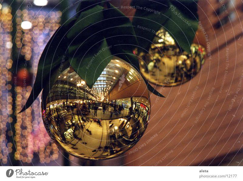 Weihnachten Mensch Weihnachten & Advent Winter Stimmung glänzend Dekoration & Verzierung gold kaufen Kitsch Kugel Vorfreude Städtereise Christbaumkugel Einkaufszentrum Fußgängerzone Baumschmuck