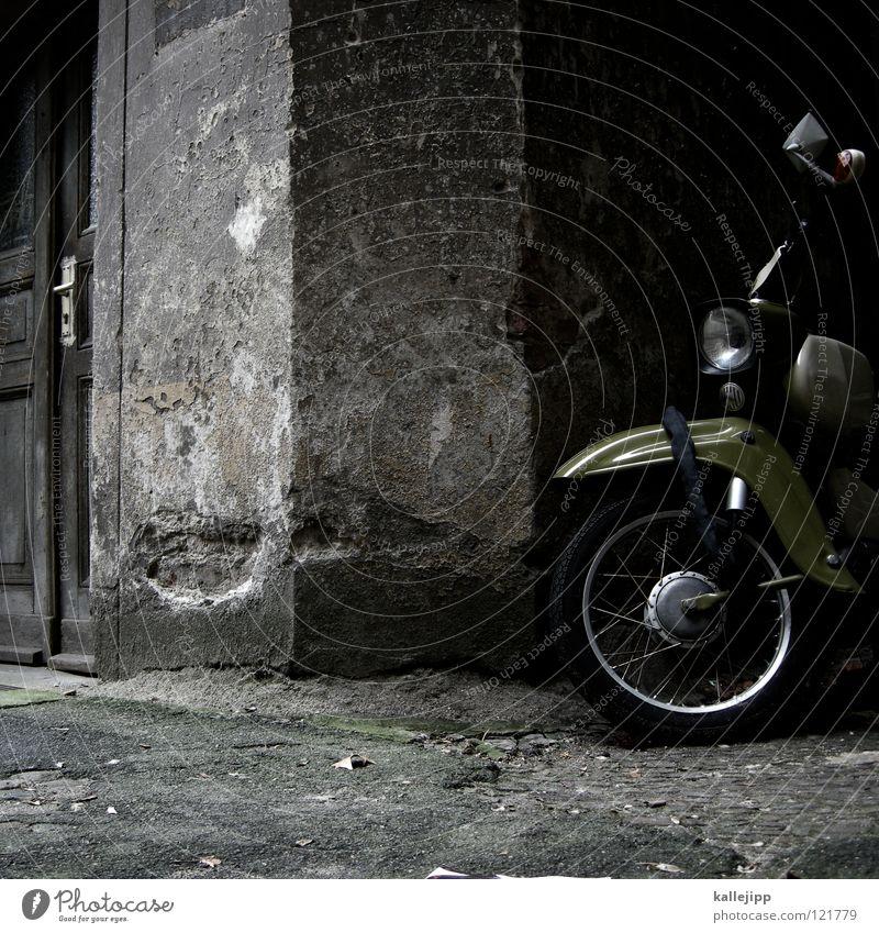 hinterhofgeknatter Umhang Tunnel Einfahrt Haus dunkel Abdeckung Rostschutzfarbe Backstein Ständer Garage verrotten überwintern Klimaschutz Umweltverschmutzung